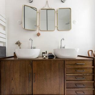 Idee per una stanza da bagno con doccia di medie dimensioni con doccia a filo pavimento, piastrelle bianche, pareti bianche, pavimento con piastrelle in ceramica, lavabo da incasso, top in legno e pavimento multicolore