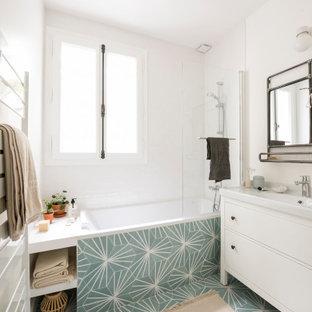 Foto de cuarto de baño infantil, de tamaño medio, sin sin inodoro, con bañera encastrada sin remate, baldosas y/o azulejos blancos, paredes blancas, suelo de azulejos de cemento, lavabo encastrado, suelo multicolor y encimeras blancas