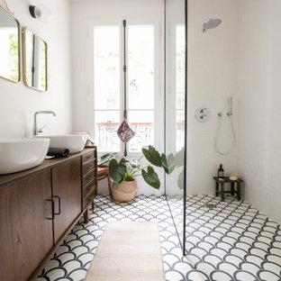 Foto di una stanza da bagno con doccia di medie dimensioni con doccia a filo pavimento, piastrelle bianche, pareti bianche, pavimento in cementine, lavabo da incasso, top in legno, pavimento multicolore e top bianco