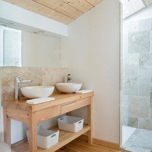 Idées déco pour une petite salle de bain campagne avec une douche à l'italienne, du carrelage en travertin, un mur blanc, un sol en bois clair, un plan de toilette en bois, un placard sans porte, des portes de placard en bois clair, un carrelage gris et une vasque.