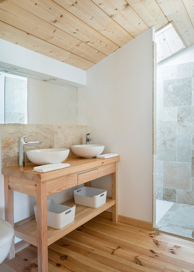Country Bathroom by Fred Sauger Architecte