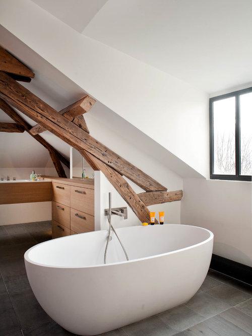 Réalisation dune salle de bain design avec un placard à porte plane des