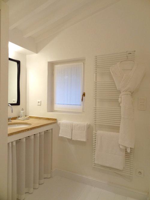 Salle de bain avec un plan de toilette en surface solide for Meubles petites surfaces