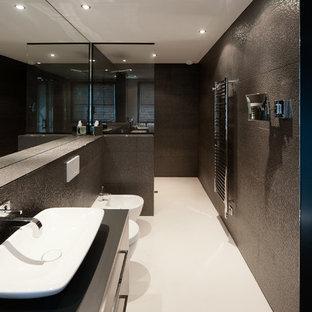 Esempio di una grande stanza da bagno padronale minimal con ante lisce, ante nere, doccia a filo pavimento, WC sospeso, piastrelle nere, pareti nere, lavabo a bacinella, top piastrellato e doccia aperta