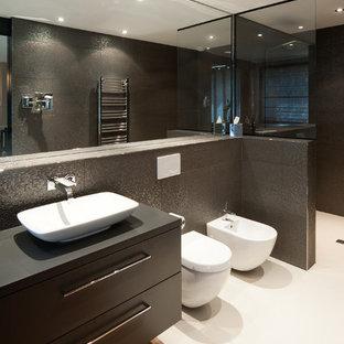 Immagine di una grande stanza da bagno padronale minimal con ante lisce, ante nere, doccia a filo pavimento, WC sospeso, piastrelle nere, pareti nere, lavabo a bacinella, top piastrellato e doccia aperta