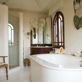 Réalisation d'une salle de bain marine de taille moyenne avec des portes de placard en bois sombre, une baignoire encastrée, un mur blanc, un lavabo encastré et une cabine de douche à porte battante.