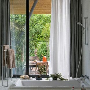 Réalisation d'une salle de bain principale design de taille moyenne avec un combiné douche/baignoire, un sol en carrelage de terre cuite, une baignoire encastrée et un mur blanc.