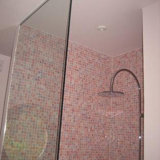 Foto di una stanza da bagno per bambini design con ante lisce, ante viola, doccia a filo pavimento, WC sospeso, piastrelle di cemento, lavabo da incasso e top viola