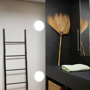 Réalisation d'une salle de bain principale design de taille moyenne avec un placard sans porte, un mur noir et un sol en bois brun.