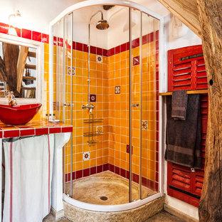 Foto de cuarto de baño con ducha, mediterráneo, pequeño, con ducha esquinera, baldosas y/o azulejos naranja, baldosas y/o azulejos rojos, baldosas y/o azulejos de cerámica, lavabo sobreencimera, encimera de azulejos, armarios abiertos, paredes blancas y ducha con puerta corredera