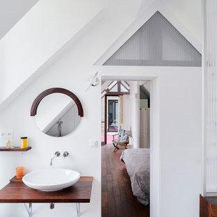 Exemple d'une petit salle de bain principale tendance avec un mur blanc, une vasque, un plan de toilette en bois, un placard à porte affleurante, des portes de placard blanches, une baignoire indépendante, une douche ouverte, un WC suspendu, un carrelage blanc, un sol en bois foncé et un plan de toilette marron.