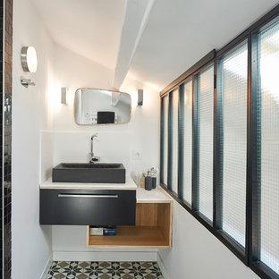 Inspiration pour une petite salle de bain design avec des portes de placard noires, un mur blanc, un sol en carrelage de céramique et une vasque.