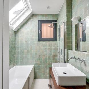 Idéer för ett klassiskt brun badrum, med släta luckor, skåp i mörkt trä, ett badkar i en alkov, våtrum, grön kakel, ett fristående handfat, träbänkskiva och med dusch som är öppen