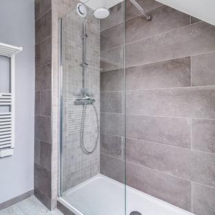 Foto di una grande stanza da bagno padronale design con ante a filo, ante grigie, doccia a filo pavimento, piastrelle grigie, piastrelle in ceramica, pareti grigie, pavimento in legno verniciato, lavabo da incasso, top piastrellato, pavimento grigio e top grigio