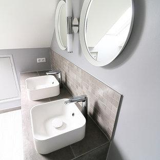 Ispirazione per una grande stanza da bagno padronale minimal con ante a filo, ante grigie, doccia a filo pavimento, piastrelle grigie, piastrelle in ceramica, pareti grigie, pavimento in legno verniciato, lavabo da incasso, top piastrellato, pavimento grigio e top grigio