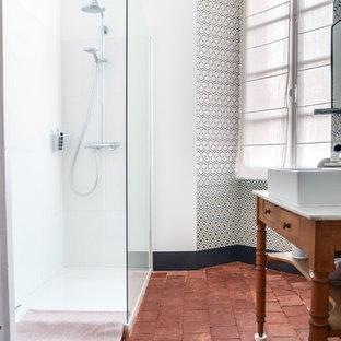 Diseño de cuarto de baño con ducha, campestre, con ducha esquinera, baldosas y/o azulejos marrones, baldosas y/o azulejos de terracota, paredes blancas, suelo de baldosas de terracota, lavabo tipo consola y encimera de madera