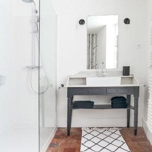 Foto de cuarto de baño con ducha, de estilo de casa de campo, pequeño, con ducha esquinera, baldosas y/o azulejos marrones, baldosas y/o azulejos de terracota, paredes blancas, suelo de baldosas de terracota, lavabo tipo consola y encimera de madera