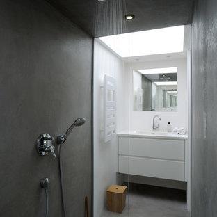 Ispirazione per una stanza da bagno con doccia scandinava con ante lisce, ante bianche, doccia a filo pavimento, pareti bianche, pavimento in cemento e lavabo integrato