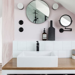 Inspiration för små skandinaviska beige badrum, med öppna hyllor, vita skåp, vit kakel, keramikplattor, rosa väggar, ett fristående handfat och träbänkskiva