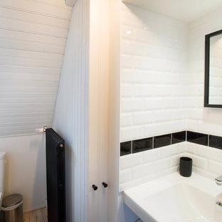 Ispirazione per una piccola stanza da bagno con doccia stile rurale con doccia a filo pavimento, WC monopezzo, piastrelle bianche, piastrelle in ceramica, pareti bianche, parquet chiaro, lavabo sospeso, top piastrellato, pavimento marrone, porta doccia scorrevole e top bianco
