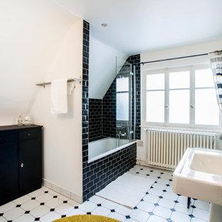 Стильный дизайн: большая главная ванная комната в стиле современная классика с фасадами с филенкой типа жалюзи, черными фасадами, полновстраиваемой ванной, душем над ванной, унитазом-моноблоком, черной плиткой, керамогранитной плиткой, белыми стенами, полом из керамической плитки, раковиной с несколькими смесителями, столешницей из плитки, разноцветным полом, открытым душем и белой столешницей - последний тренд
