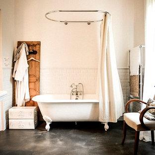 Inspiration pour une salle de bain principale et beige et marron design avec une cabine de douche avec un rideau et un sol noir.