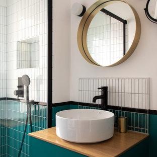 Immagine di una piccola stanza da bagno con doccia moderna con ante lisce, ante blu, doccia a filo pavimento, piastrelle bianche, piastrelle in ceramica, pareti bianche, pavimento in cementine, lavabo a bacinella, top in legno, pavimento blu, porta doccia scorrevole e top beige