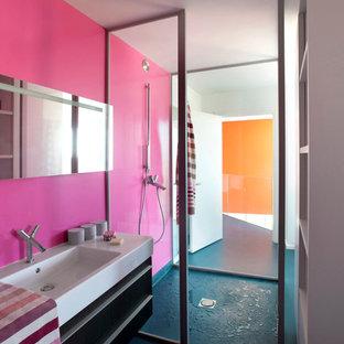 Inredning av ett modernt mellanstort badrum med dusch, med en kantlös dusch, rosa väggar, ett integrerad handfat och blått golv