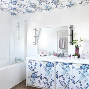 Idées déco pour une salle de bain principale contemporaine de taille moyenne avec un placard en trompe-l'oeil, un mur blanc, un sol en bois brun, un lavabo encastré, un carrelage blanc, une baignoire posée et un combiné douche/baignoire.