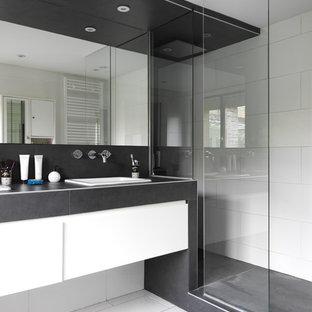 Réalisation d'une salle de bain design de taille moyenne avec un lavabo encastré, un mur blanc, un sol en carrelage de céramique et un carrelage blanc.