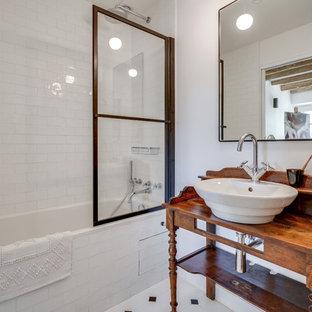 Immagine di una stanza da bagno con doccia country di medie dimensioni con vasca sottopiano, zona vasca/doccia separata, piastrelle bianche, piastrelle in terracotta, pareti beige, pavimento con piastrelle in ceramica, lavabo da incasso, pavimento bianco e doccia aperta