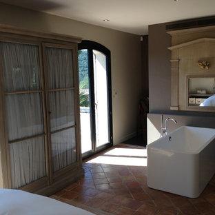 Idee per una grande stanza da bagno padronale stile marino con ante di vetro, ante grigie, vasca freestanding, doccia alcova, pareti marroni, pavimento in terracotta, pavimento arancione e doccia aperta