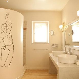 Ispirazione per una stanza da bagno padronale mediterranea di medie dimensioni con ante lisce, ante bianche, doccia aperta, piastrelle beige, piastrelle in ardesia, pareti bianche, parquet chiaro, lavabo da incasso, pavimento marrone e doccia aperta