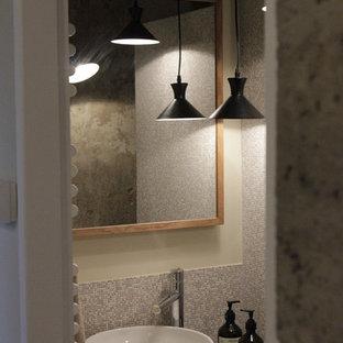 Immagine di una piccola stanza da bagno con doccia country con doccia a filo pavimento, piastrelle grigie, pareti beige, pavimento in terracotta, lavabo da incasso e top in acciaio inossidabile