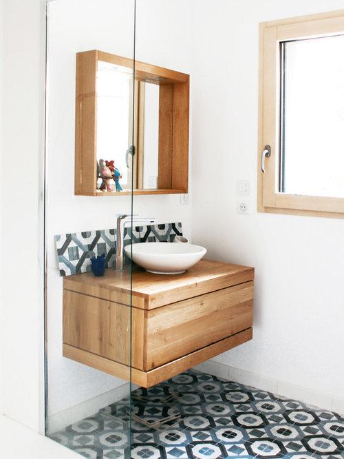 Badezimmer mit blauen fliesen und zementfliesen design - Locher in fliesen ...
