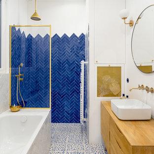 Пример оригинального дизайна: главная ванная комната среднего размера в скандинавском стиле с фасадами островного типа, светлыми деревянными фасадами, синей плиткой, белыми стенами, настольной раковиной, столешницей из дерева, разноцветным полом, открытым душем, полновстраиваемой ванной, душем без бортиков, терракотовой плиткой, полом из терраццо и коричневой столешницей