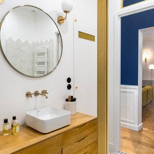 Стильный дизайн: главная ванная комната среднего размера в скандинавском стиле с фасадами островного типа, светлыми деревянными фасадами, полновстраиваемой ванной, душем без бортиков, синей плиткой, терракотовой плиткой, белыми стенами, полом из терраццо, настольной раковиной, столешницей из дерева, разноцветным полом, открытым душем и коричневой столешницей - последний тренд