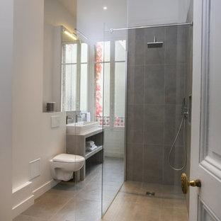 Idee per una stanza da bagno padronale contemporanea di medie dimensioni con ante a filo, doccia aperta, WC sospeso, piastrelle grigie, piastrelle in ceramica, pareti bianche, pavimento con piastrelle in ceramica, lavabo rettangolare, top piastrellato, pavimento grigio e top grigio