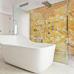 Imagen de cuarto de baño principal, bohemio, grande, con bañera exenta, ducha abierta, sanitario de dos piezas, baldosas y/o azulejos de mármol, lavabo bajoencimera y encimera de mármol