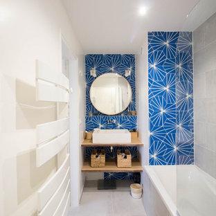 Неиссякаемый источник вдохновения для домашнего уюта: главная ванная комната среднего размера в стиле модернизм с полновстраиваемой ванной, душем над ванной, синей плиткой, цементной плиткой, белыми стенами, консольной раковиной, столешницей из дерева, бежевым полом, открытым душем, коричневой столешницей и полом из керамической плитки