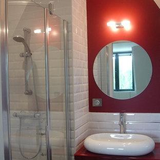 Immagine di una piccola stanza da bagno con doccia design con lavabo rettangolare, ante rosse, doccia alcova, piastrelle bianche, piastrelle diamantate e pareti rosse