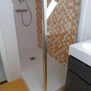 Immagine di una piccola stanza da bagno con doccia minimal con ante rosse, doccia alcova, piastrelle bianche, piastrelle diamantate, pareti rosse e lavabo rettangolare