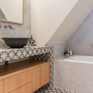 Idées déco pour une salle de bain méditerranéenne avec un placard à porte plane, des portes de placard en bois brun, une baignoire posée, un carrelage blanc, un mur blanc, une vasque, un plan de toilette en carrelage, un sol multicolore et un plan de toilette multicolore.