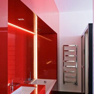 Aménagement d'une petite salle de bain principale contemporaine avec un lavabo encastré, une baignoire posée, un combiné douche/baignoire et un mur rouge.
