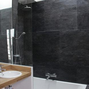 Неиссякаемый источник вдохновения для домашнего уюта: маленькая главная ванная комната в стиле модернизм с накладной раковиной, столешницей из дерева, ванной в нише, душем над ванной, черной плиткой, плиткой из сланца и коричневой столешницей