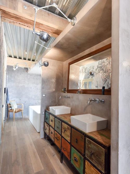 Salle de bain avec des portes de placard en bois vieilli for Porte placard salle de bain bois