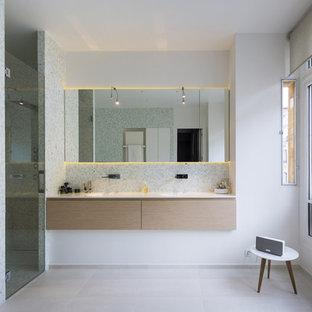 Exemple d'une grand salle de bain principale tendance avec des portes de placard en bois clair, une douche à l'italienne, un carrelage blanc, carrelage en mosaïque, un mur multicolore, un sol en carrelage de céramique, un plan vasque, un plan de toilette en surface solide et un placard à porte plane.