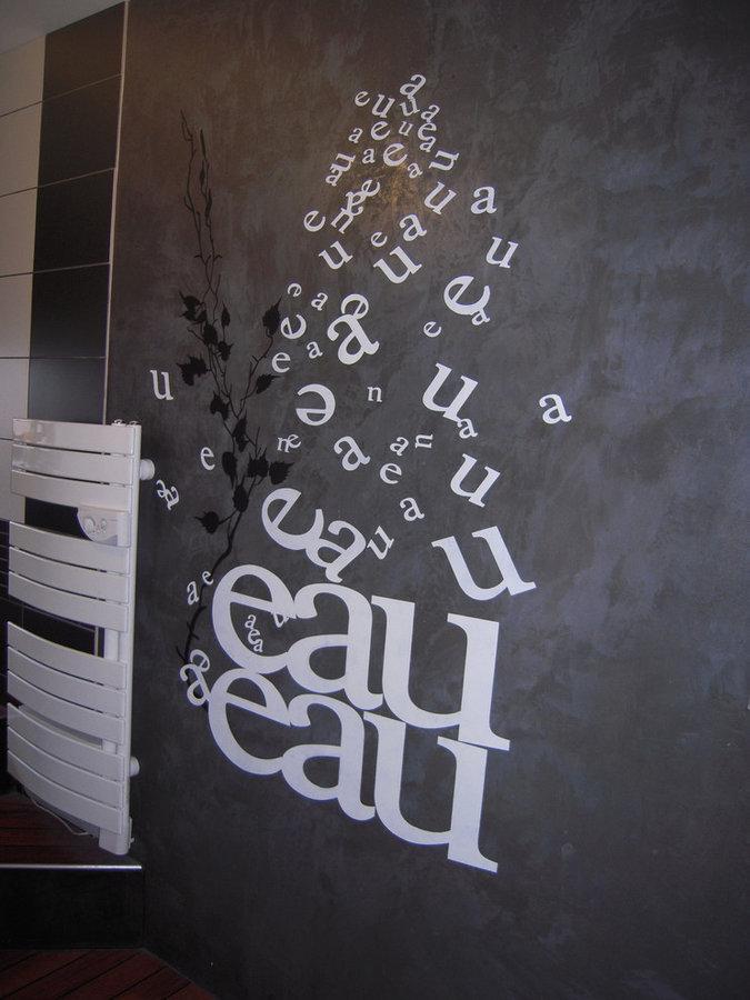 mur sdb Béton ciré avec pochoir