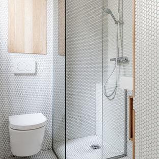 Inspiration pour une salle de bain principale design de taille moyenne avec une douche d'angle, un carrelage blanc, un mur blanc, un sol en carrelage de terre cuite, un WC suspendu et aucune cabine.