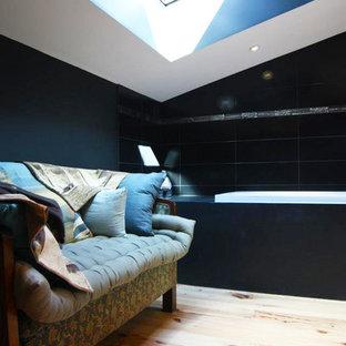 Mittelgroßes Modernes Badezimmer En Suite mit offenen Schränken, schwarzen Schränken, Duschnische, schwarzen Fliesen, schwarzer Wandfarbe, hellem Holzboden, Einbauwaschbecken, Beton-Waschbecken/Waschtisch und braunem Boden in Bordeaux
